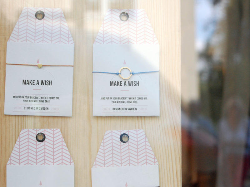 faire kleidung und accessoires fair produzierte wunscharmbänder von timi dressgoat