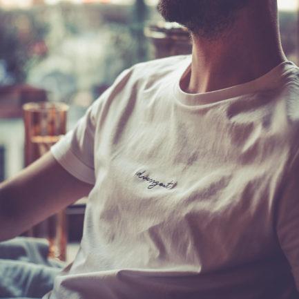 faire kleidung dressgoat biobaumwolle fairfashion slowfashion ecowear greenfashion junge mode nachhaltige streetwear organic klamotten köln ehrenfeld online shop reisekleidung model fotoshooting männer t-shirt sweater hoodie