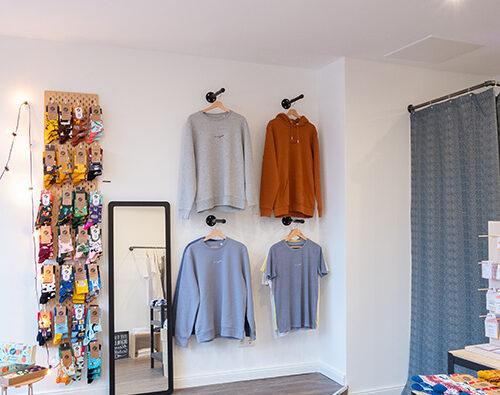 Laden für faire Kleidung Ehrenfeld Köln nachhaltige Mode Concept Store dressgoat Many Mornings Socken aevor Rucksack Got Bag Rolltop timi Schmuck Beanies Beflamboyant Schuhe Sneaker